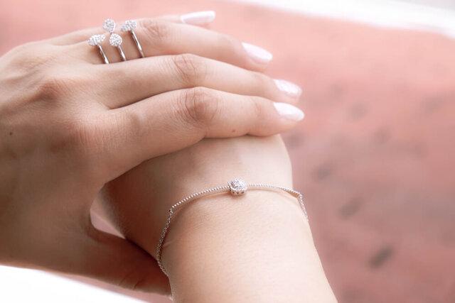 宝石を着けた女性の手