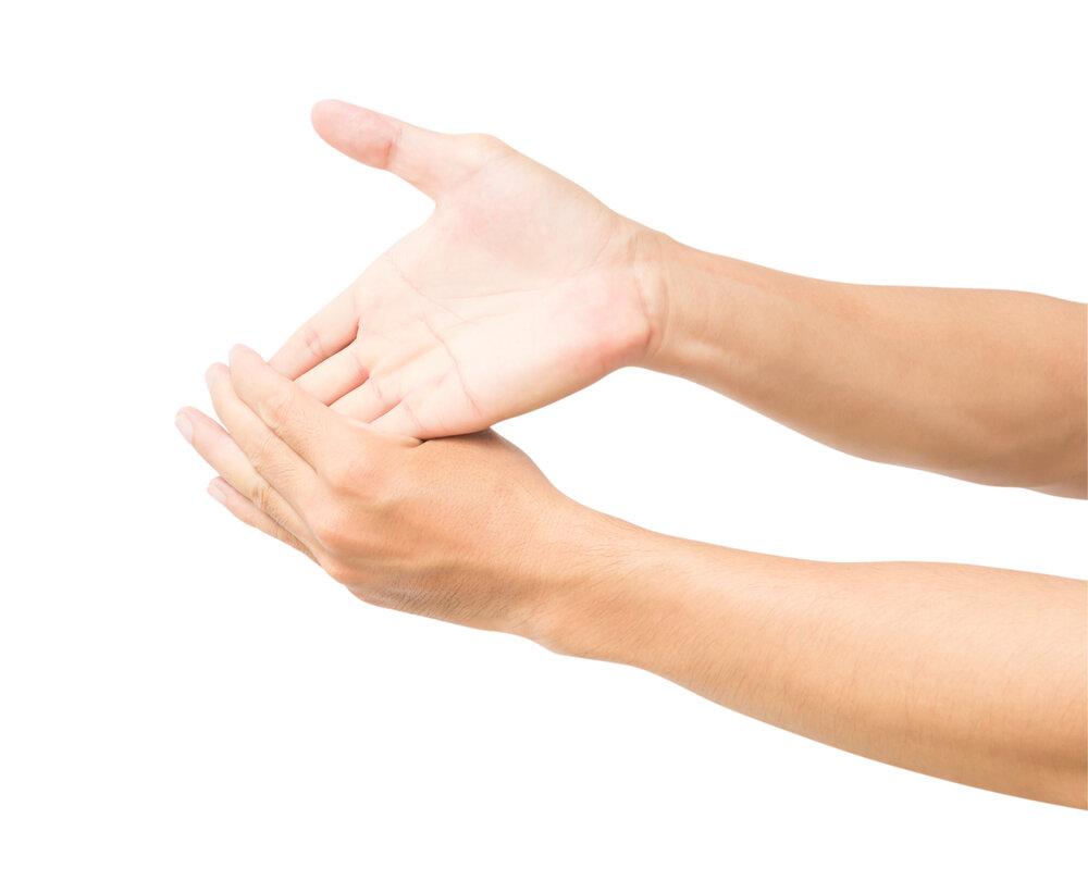 指のストレッチをしている人の手