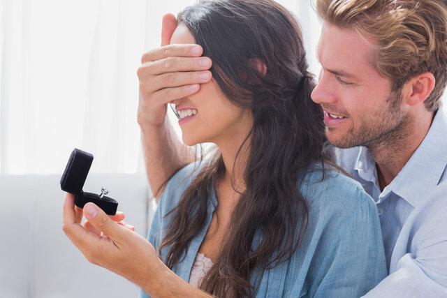 目隠しをして婚約指輪を贈る男性