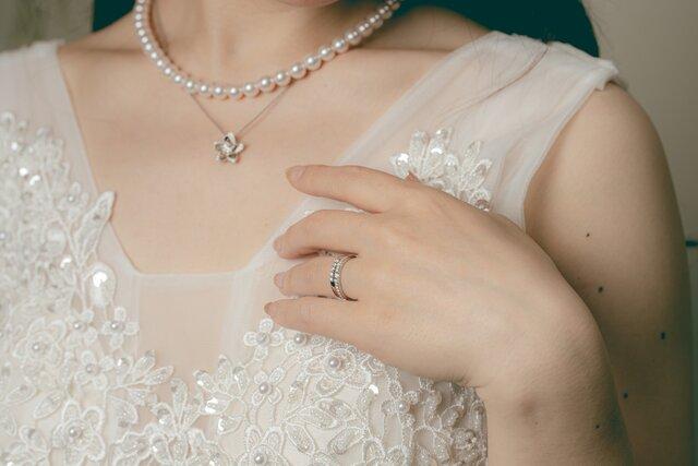 ネックレスと指輪を身に着けた女性のアップ