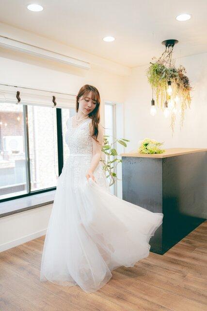宅婚式BOXのドレスを着て立つ女性