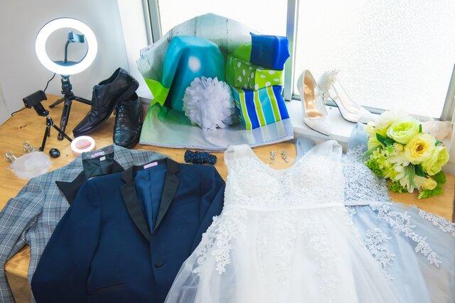 テーブルに広げられた宅婚式BOXの中身