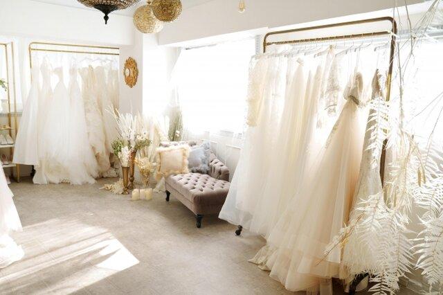 たくさんのウェディングドレスが並んだ部屋
