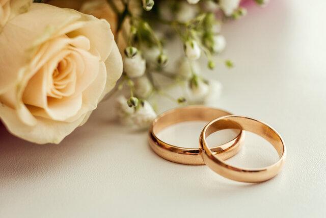 2つ並んで置かれたゴールドの結婚指輪