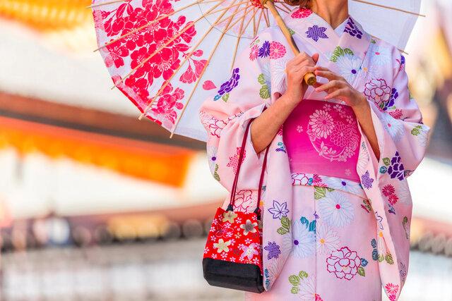 浴衣を着て傘をさす女性