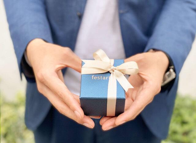 婚約指輪を着けた女性