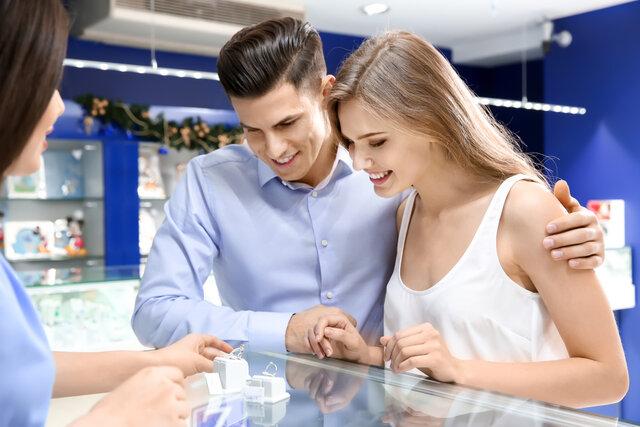 指輪を買うカップル