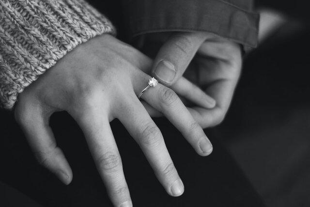 婚約指輪を付ける女性の手
