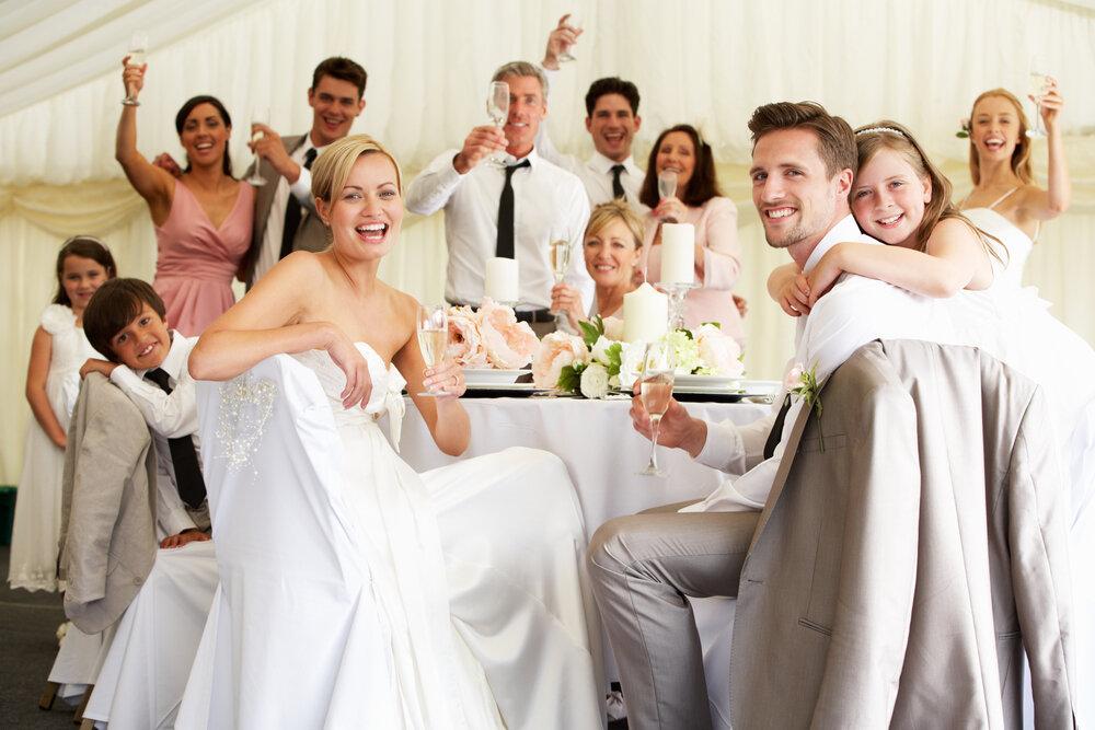結婚式を楽しむカップル