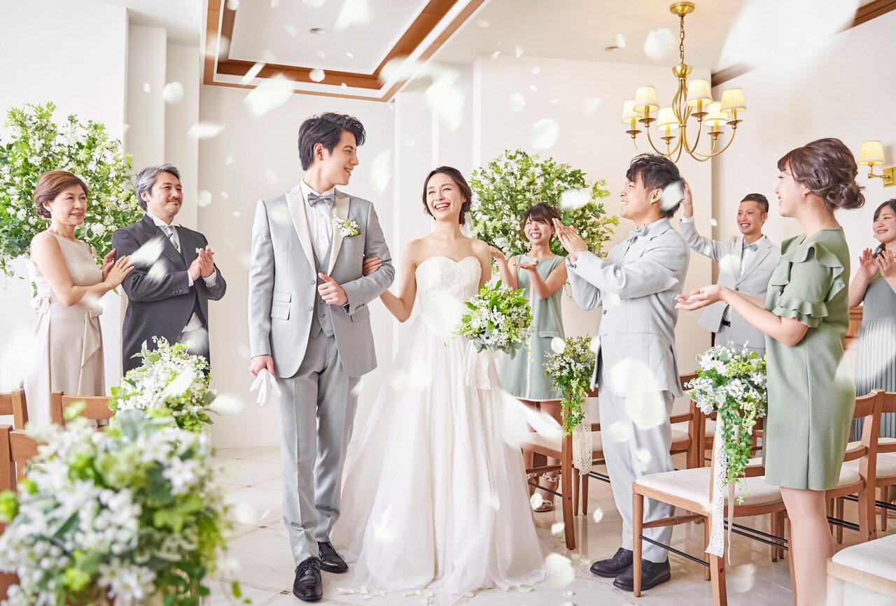 少人数挙式を挙げる花嫁と花婿