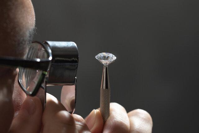 鑑定されるダイヤモンド