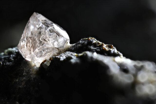 キンバーライトに囲まれた天然ダイヤモンド