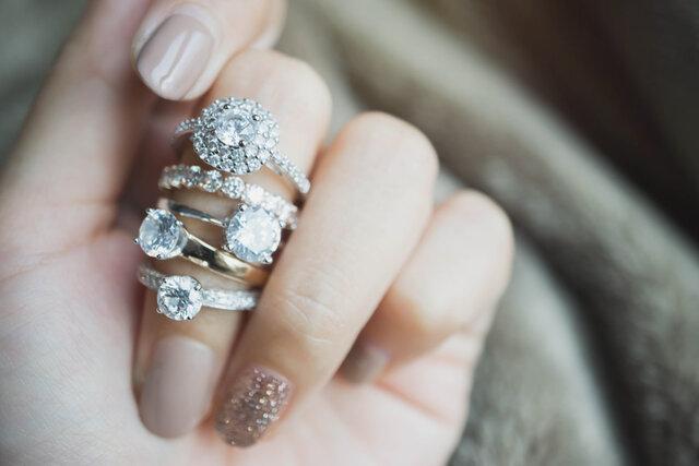 中指にたくさんのリングを着ける女性