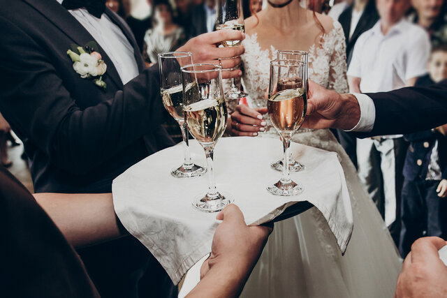 結婚式でドリンクを取る人たち