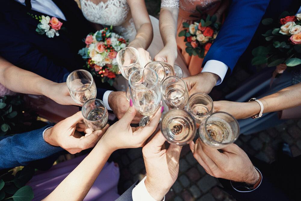 新郎新婦と友人たちが乾杯する姿