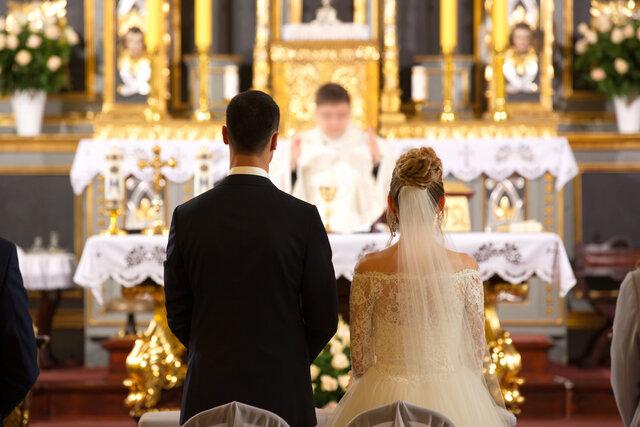 教会で式を挙げるカップル