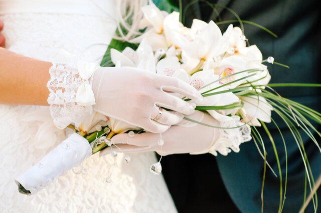 ショート丈の手袋を身に着けた女性