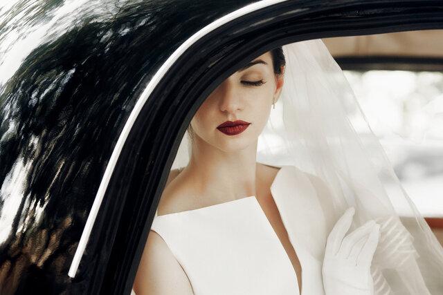 車に乗っている花嫁