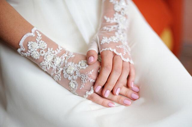 フィンガーレスタイプの手袋をつけた花嫁