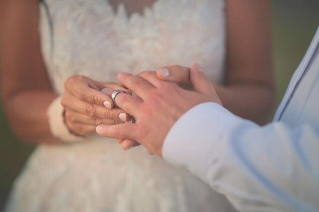 男性に指輪を着ける女性