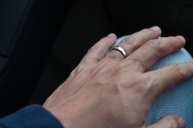 指輪を着けた男性