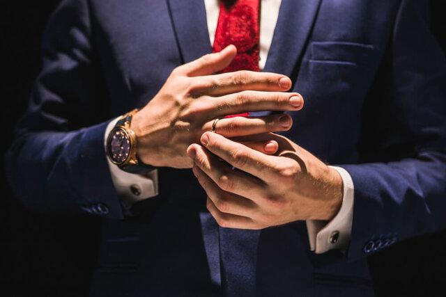 右手の薬指に指輪をしている男性