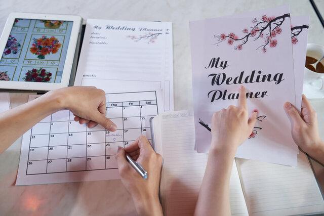 結婚式の予定を立てるカップル