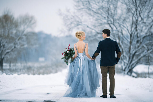 冬に結婚式を挙げるカップル