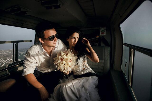 ヘリコプターに乗るカップル