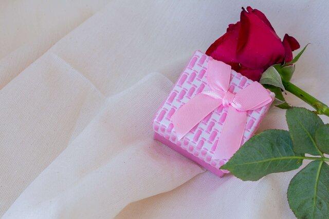 プレゼントの箱とバラ