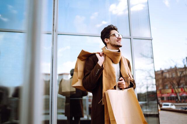 ショッピングバッグを持つ男性