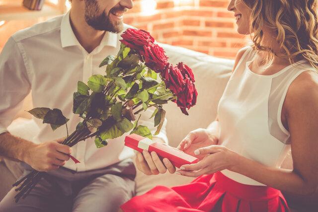 薔薇の花を渡す男性