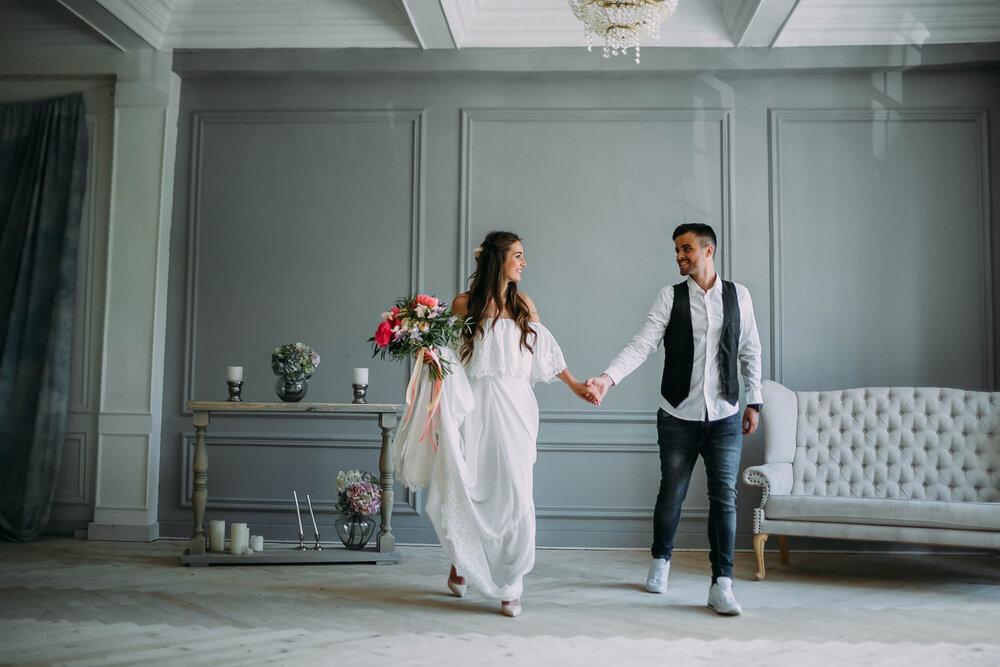 自宅で結婚式を挙げるカップル