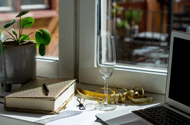 シャンパングラスとノートパソコン