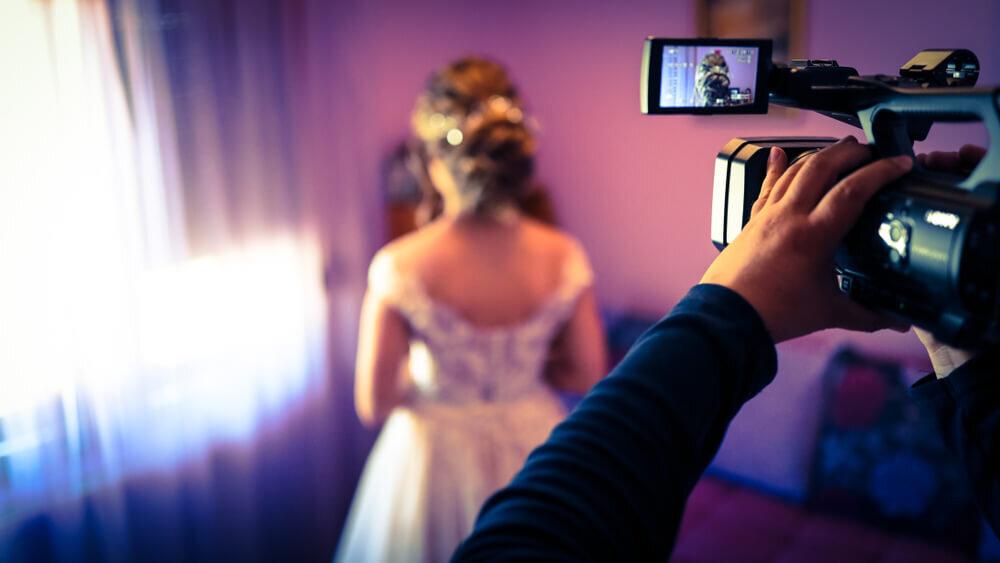 新婦を撮影するカメラマン