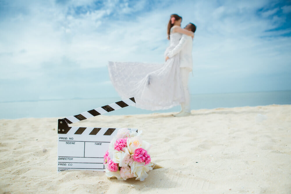 海辺で撮影中のカップル