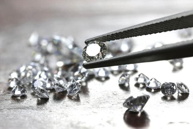 ピンセットで挟まれたダイヤモンド