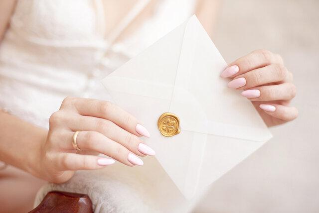 招待状を手に持つ女性