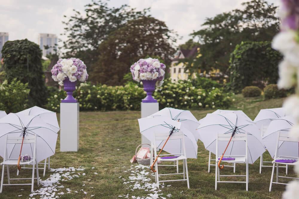 傘を設置したガーデンウエディング