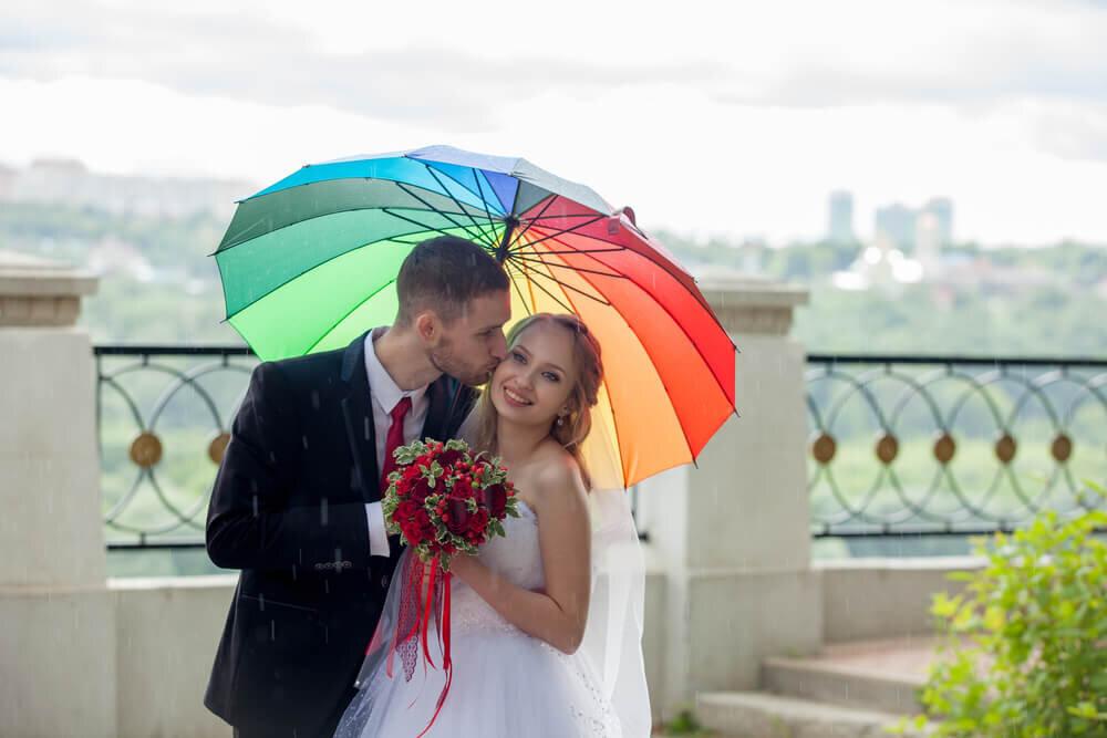 カラフルな傘をさした新郎新婦