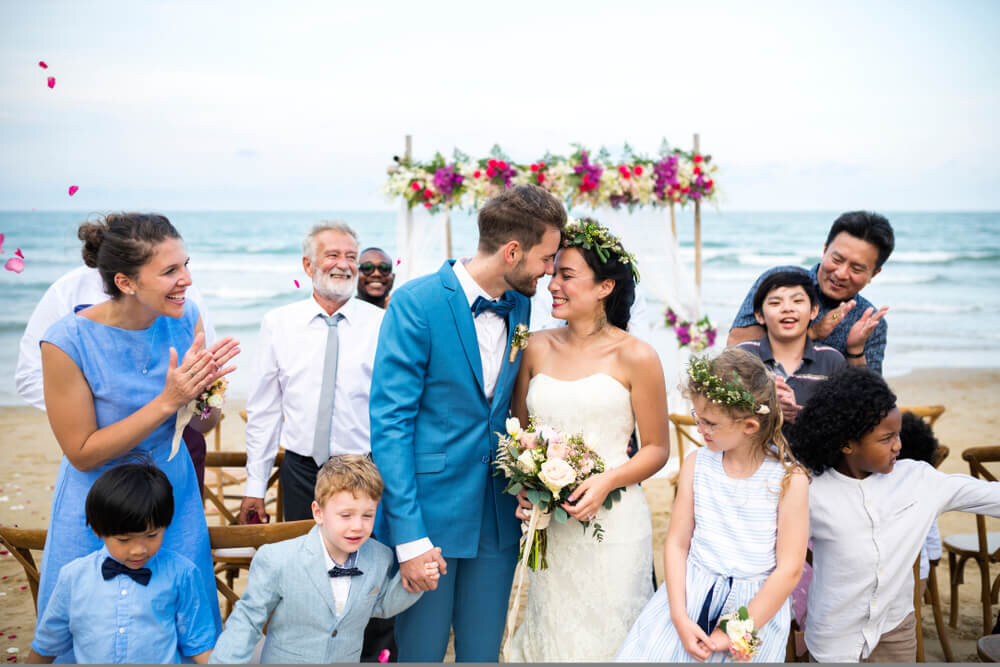 祝福される新婚夫婦
