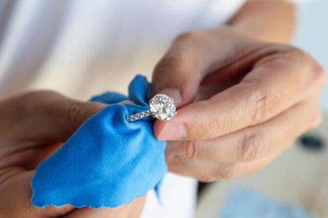 指輪を磨く手