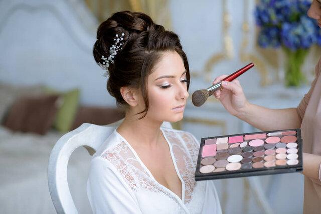 メイクをしてもらっている花嫁