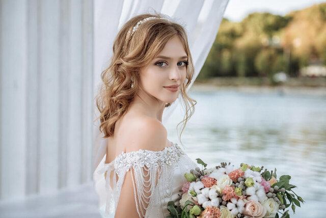 ブーケを持って微笑む花嫁