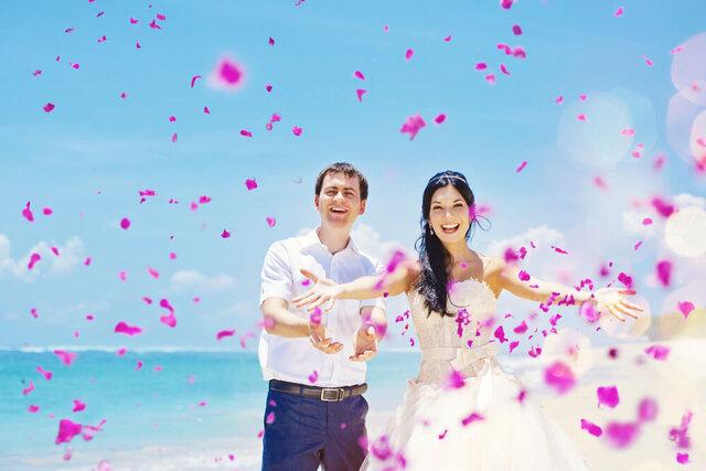 花びらを飛ばすカップル