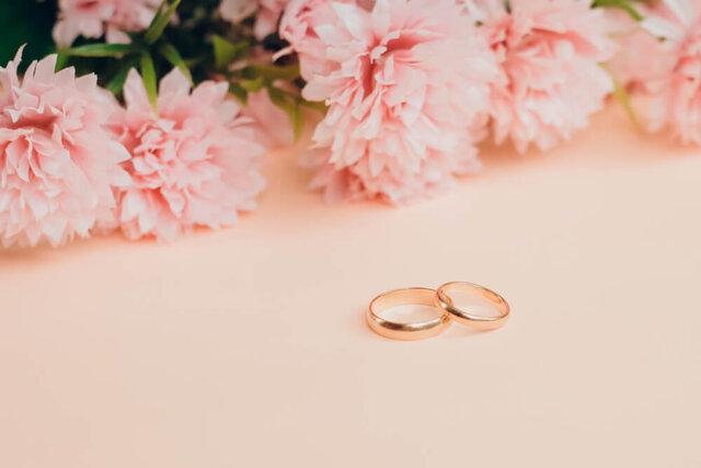 ピンクの花と結婚指輪