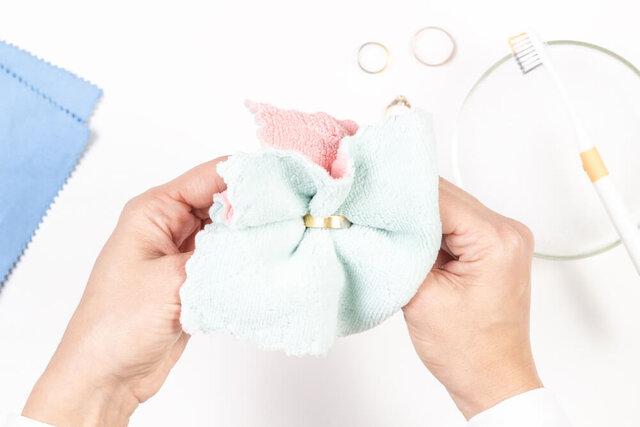やわらかい布で指輪を磨く女性