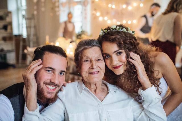祖母と顔を寄せ合う女性