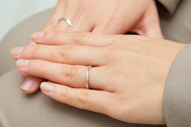 フェスタリアの指輪を身に着けた手