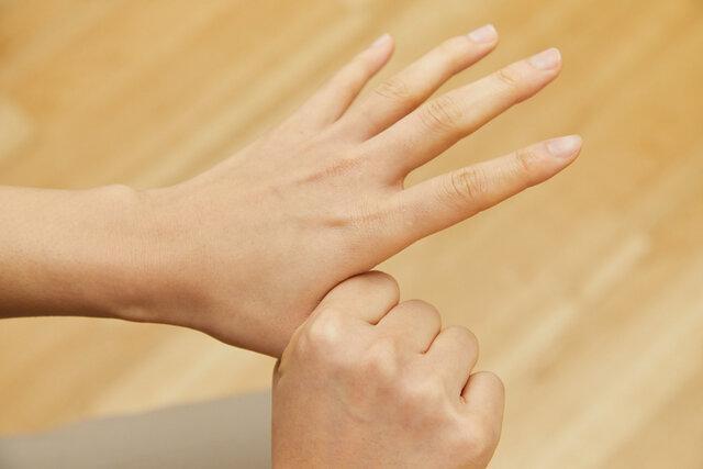 親指を反対の手で握る